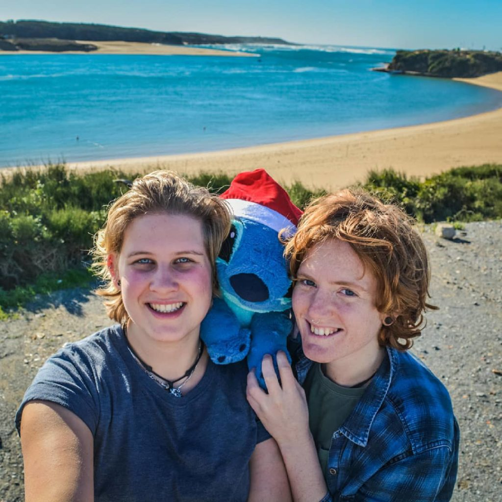 Lesbian blogger and instagram travel couple Sanne and Michèle, The Adventures of Misa, with Stitch stuffed animal in Casares, in Spain
