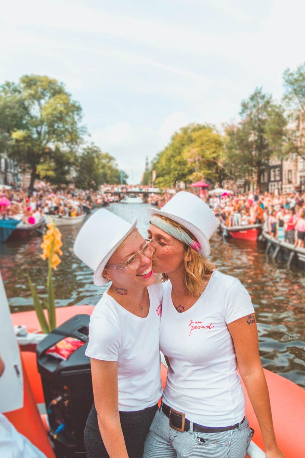 Amsterdam Gay Pride, Canal Parade, lesbian kiss